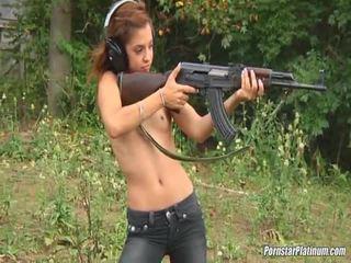 Shooting guns közel által néhány avid fool