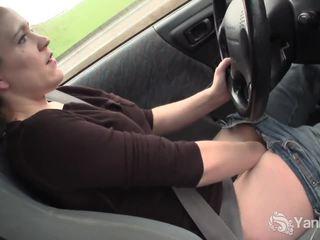 Szexi lou driving és rubbing neki nedves punci