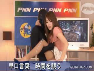 Nxehtë aziatike gets puss rubbed në televizor shfaqje