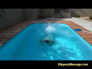 Slippery massaggio pupa likes a ottenere scopata e takes orale