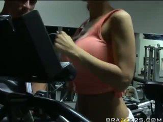 Kylee strutt e pacensuruar exercise me të saj trainer në palestër video