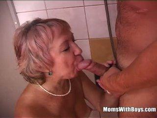 Seksikas vanaema dušš having lõbu koos noor riist