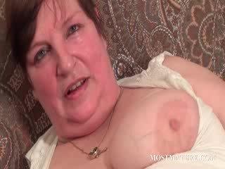 Chesty matang satisfies puss dengan dildo/ alat mainan seks