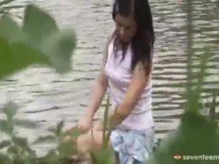 Правен възраст teenagerage момиче вътре на лодка