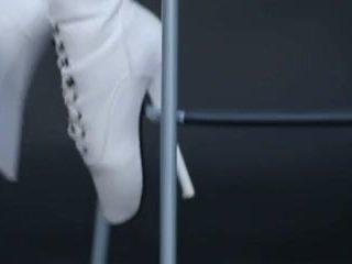Mudel sisse lateks liibuv kombinesoon ja ballet saapad.