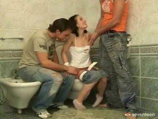 Tre några inuti den washroom