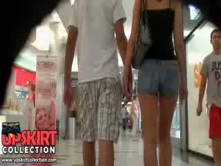 The gorące denim dżinsy dziewczyna was walking z jej bf ale to didn
