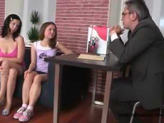 Two сексуальна підліток дівчинки спокушати їх старий коледж вчитель в його офіс