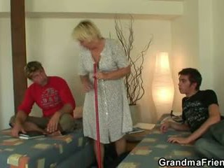 Blondin grannyen swallows two cocks