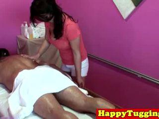大 titted 亞洲人 tugging masseuse