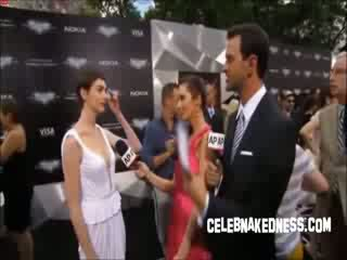 Celeb anne hathaway pokers पर the अंधेरा knight premiere