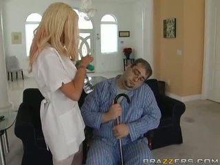 Seksi perawat adalah di rumah taking perawatan dari dia ayah video