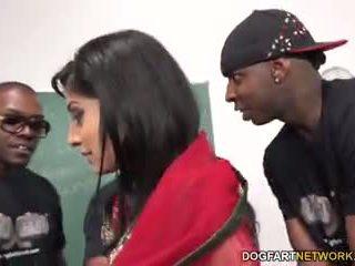 Nadia ali learns upang hawakan a bunch ng itim cocks
