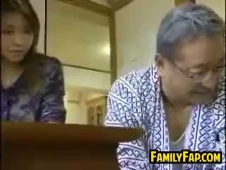 Ázijské krok dcéra s the starý človek