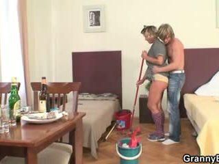 Прибирання жінка rides його збуджена хуй