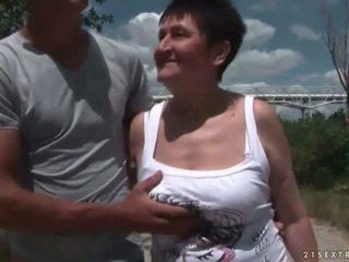 Gjoksmadhe gjyshja qirje të saj i ri boyfriend përjashta