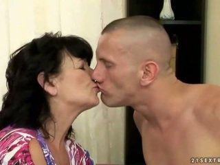 Montel berambut lebat nenek gets fucked