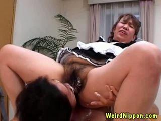 Asiatiskapojke grannyen gets henne hårig fittor licked