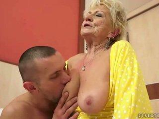 巨乳 奶奶 gets 她的 毛茸茸 的阴户 性交