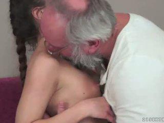 Teenie anita bellini gets مارس الجنس بواسطة ل جد