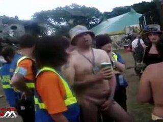 Female zabezpečení guards s nahý holky & guys v