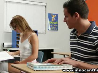 Innocent adoleshent takes kokosh në the classrom