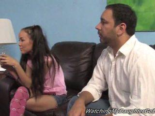 Amai liu goes negru în față de ei tată