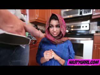 Hijab wearing muslim tiener ada creampied door haar nieuw meester