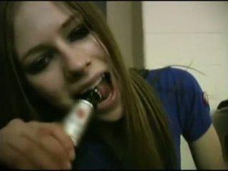 Avril lavigne flashing sutiã.