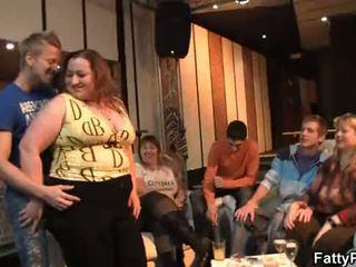 Velika ritka punca strips in gives glava v the bar