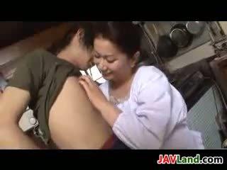 Pieauguša japānieši sieviete sucks dzimumloceklis par sperma