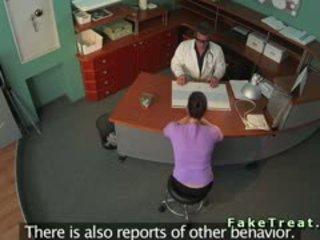 孩兒 從 insurance 公司 banged 在 fake 醫院