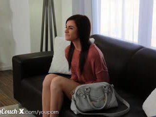 Perklausa couch-x drovus mergaitė wants į gauti pakliuvom apie kamera