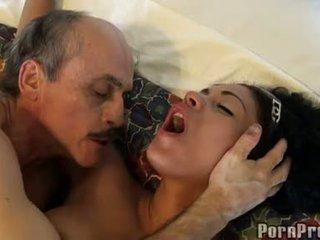 Janine valentine трахкав по a збуджена старий guy на soft диван