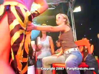 醉 俱樂部 青少年 女孩 在 野 衣女裸體男 組 性別 行動