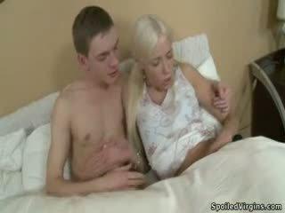 Blonda adolescenta virgin