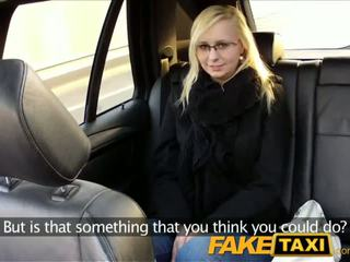 Faketaxi taxi driver fucks نظارات شقراء في المقعد الخلفي - الاباحية فيديو 321