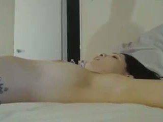 Seksi perempuan tied naik di tempat tidur sementara getting keras apaan: porno 2e