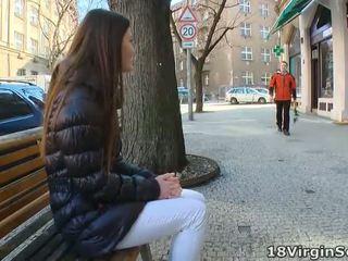 Marina waits के लिए उसकी आदमी पर the park bench और eagerly awaits उसके appearance पर यह sunny दिन