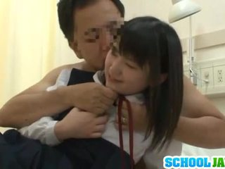 Kiinalainen trainee visits male freind sisäpuolella sairaalan