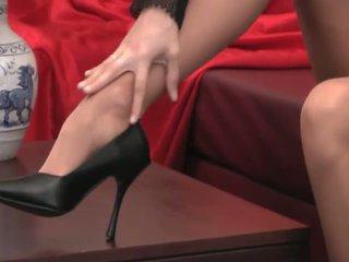 Sexy provocative nena con largo piernas en alto tacones y pantis teases