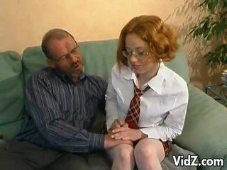 Terangsang tua orang hits di sebuah muda orang berambut pirang
