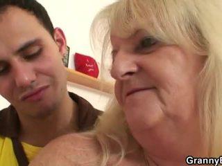 Arrapato nonnina pounded da giovane dude