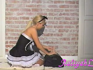 Aaliyah 사랑 섹시한 하녀 engulfing a feather duster