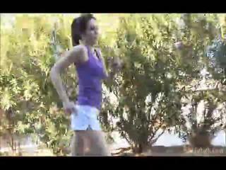 Aiden running outdoors με αυτήν shellort μακριά από τότε σε ο undressed