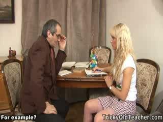 Schattig blondie geneukt brutally door haar pevers leraar.