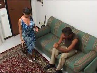 la femme qui baise habillier