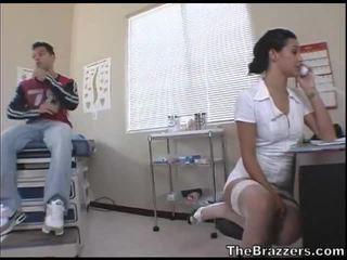 Secy infermiere treats të saj i durueshëm