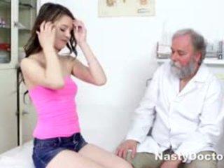 Jeune brunette comes à gynecologist