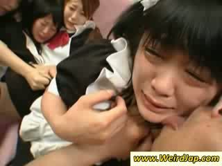 Caliente asiática maids gets follada en la sillón
